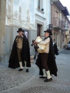Il maestro nel ruolo di pipitaro che indossa il costume tipico